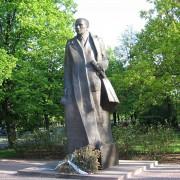 1024px-Pomnikromanadmowskiego1