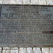 1235px-0907PomnikCzynuPolakowSzczecinSZN6